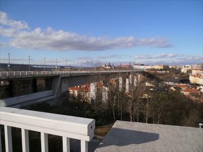 Nuselský most po vylezení na rozhlížecí plochu z metra Vyšehrad.