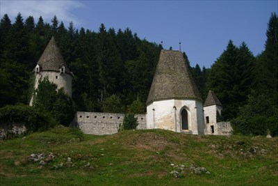 In the center the cemetery chapel. Behind it, the tower and defense walls.