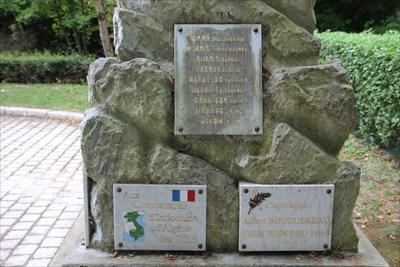 Sur un des côtés nous trouvons aussi les plaques commémoratives des conflits d