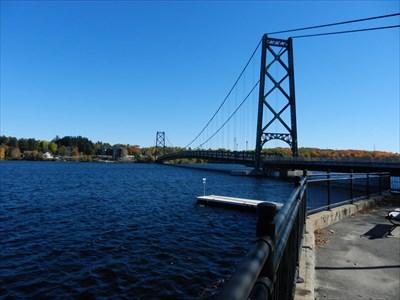 Le pont de Grand-Mère avec les couleurs de l'automne en arrière plan