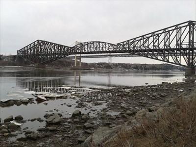 Premier plan, le pont de Québec.  Le pont Pierre-Laporte est à l'arrière-plan.