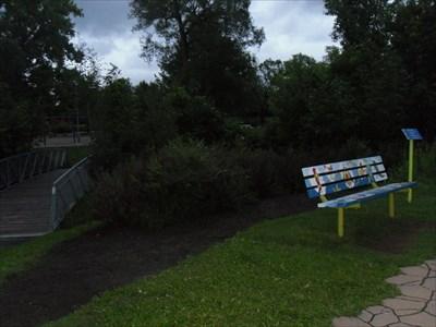 Le banc et le petit pont pour traversé la ruisseau.   bench and the little bridge to cross the creek.