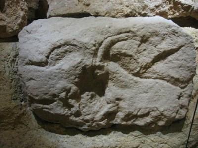 La frise du Roc-de-Sers rassemble les douze blocs les moins abîmés découverts par Henri Martin en 1927.