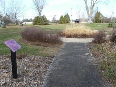 Petit sentier bien aménagé circulaire tout au tour des platebande différentes. Small circular path well laid all around different flowerbed.