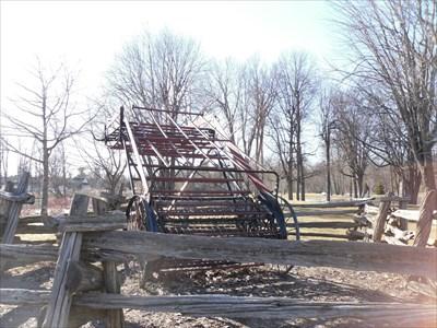 Photo avec vue du monte charge du foin vers la charrette.  Photo overlooking the hoist hay into the wagon.