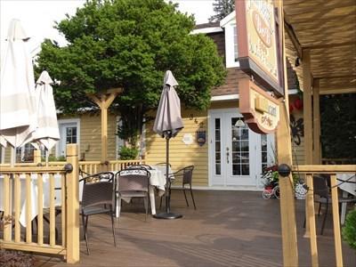 Partie restaurent et terrasse.