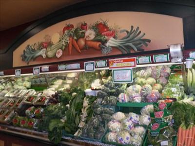 Comptoirs de légumes et murale légumes au dessus en demi lune. Vegetable counters and vegetables wall above half moon.