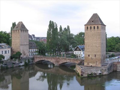 These have kept their name despite the fact that they lost their roofs back on the 18th century. They are overlooked by four towers dating from the 14th century, which are the remains of the former ramparts that once guaranteed the independence of the former Strasbourg Republic.