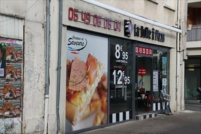 Une boutique de pizza avec une façade très attractive
