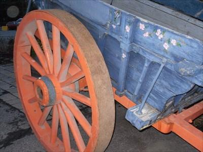 Roues de bois et de métal en très bonne état.  Wooden wheels and metal in very good condition.