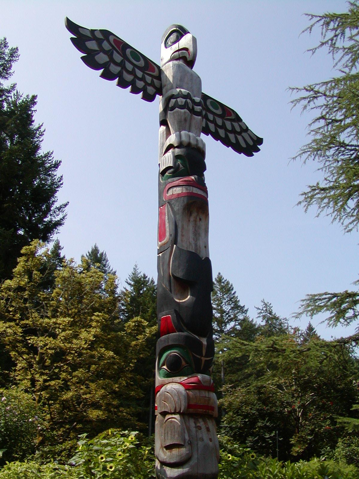 canadian animals totem pole