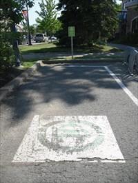 Le logo peint sur le sol du stationnement réservé pour véhicule électrique.  The logo painted on the floor of reserved parking for electric vehicles.