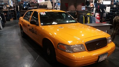 le taxi new yorkais chambray l s tours centre permanent car displays on. Black Bedroom Furniture Sets. Home Design Ideas