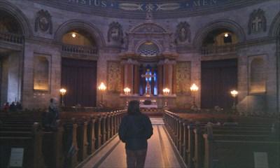 Alteret i kirken.