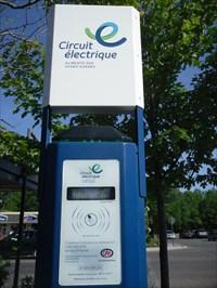 Borne de recharge électrique à la Bibliothèque de Rosemère.  Electric charging terminal in the Library of Rosemere.