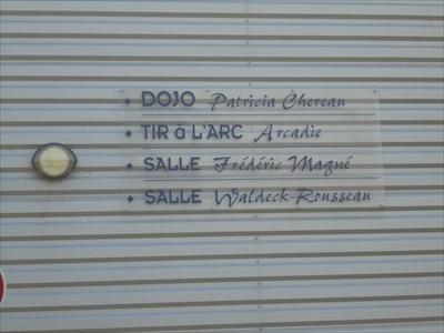 Inscription sur la façade des différentes salles sportives de ce complexe sportif