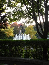 Photo prise de la place de repos tout près de la fontaine.  Photo taken from the resting place near the fountain.
