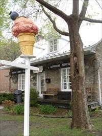 La crèmerie Le Berlingot et son cornet de crème glacé 3D.  The creamery The Berlingot and 3D ice cream cone.