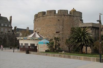 Très facile à trouver aux portes de St Malo intra muros.