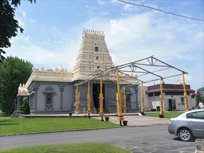 Structure installé devant le temple pour une occasion spéciale surement.