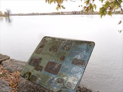 Panneau info sur les oiseaux et vue sur la rivière des Prairie
