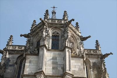 FR/Vue globale des gargouilles sur le haut de la tour Heurtault du Château d