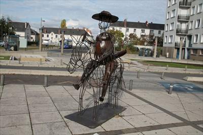 Le fidèle compagnon de Don Quichotte, Sancho Pança, sur son âne, Sis sur le parvis de la Gare de St Pierre des corps