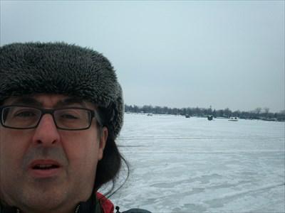 ... sur la rivière gelée devant quelques cabanes de pêche.