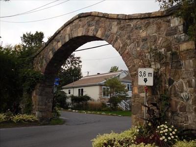 Vue de côté de l'Arche .Side view of the Arch.
