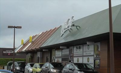 Vue de la façade du Mac Donald de Tours Nord. Bâtiment impressionnant et très complet