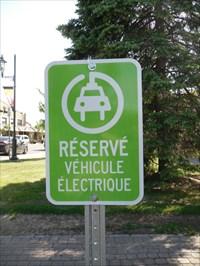 Le panneau réservé pour véhicule électrique.  The panel reserved for electric vehicles.