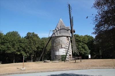 Vue de ce moulin en parfait état de conservation sur un site en comprenant deux.