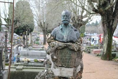 Une tombe avec un buste craint de vérité. Laisse une certaine impression