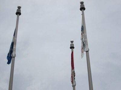 Sans vent et avec la pluie, le drapeau n