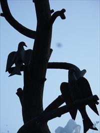 """Vue rapproché de deux aigles sur trois. Les trois aigles sans bec ni griffes,  nommés « Alérions », suggèrent la Force et la Paix, par leur nature,  et la Foi, par leur nombre.  Close view of two eagles in three. The three eagles without beak or claws,    named """"Alérions"""" suggest Strength and Peace, by their nature,    and Faith, by their number."""