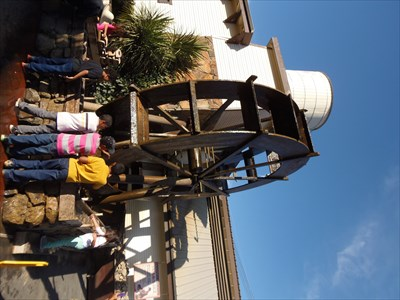 The water wheel drew kids to it like flies to sugar.