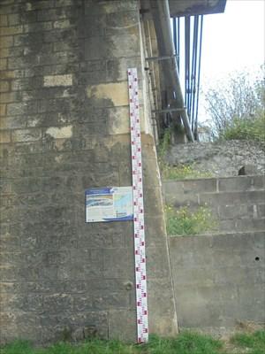 Une échelle de crue moderne, avec un tableau explicatif sur les crues