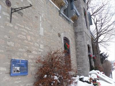 Photo avec vue du mur où se trouve le panneau.  Photo view of the wall where the sign is located.