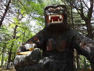 What Dinosaur Land is complete without a King Kong? No weird ones anyway.