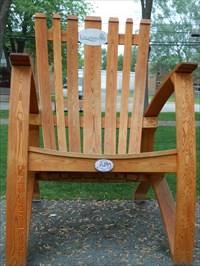 Une chaise géante construite en planches  de frêne et symbole de l'industrie du bois de la région.  A giant chair built into boards Ash and symbol of the local wood industry