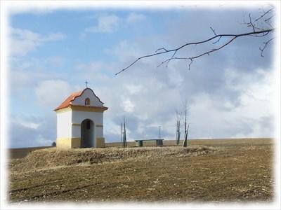 Chapel is in the field close by road from Radosovice to Strycie. /// Kaplička svatého Jana Nepomuckého se nachází v poli nedaleko silnice z Radošovic do Strýčic.