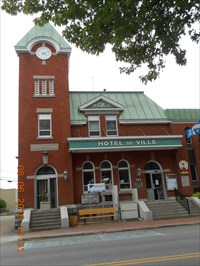 Hôtel de Ville de Louiseville dans son ensemble.  Louiseville City Hall as a whole.