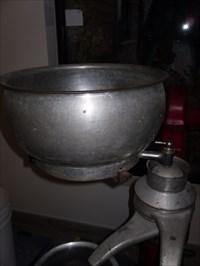 Réservoir pour le lait entier après la traite des vaches.  Reservoir for whole milk after milking.