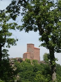 view from Anebos rock to the castle of trifels