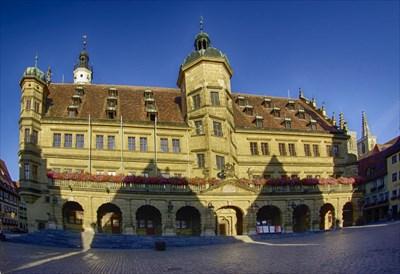 Das Rathaus von Rothenburg o.T. mit dem Rathausplatz
