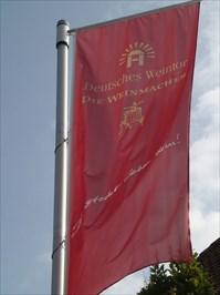 Text: Deutsches Weintor, die Weinmacher (the winemakers)