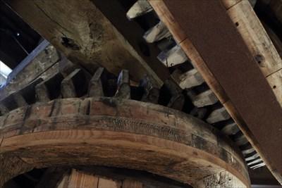 Inkommande axel från vingarna, där kraften överförs via kugghjul.