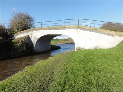 The Llangollen canal junction can be seen through the arch of the bridge.