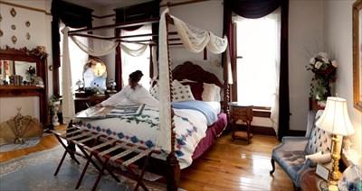 Queen canopy bed, whirlpool