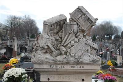 Une tombe ornée d'une superbe sculpture relatant l'accident de François Boileau